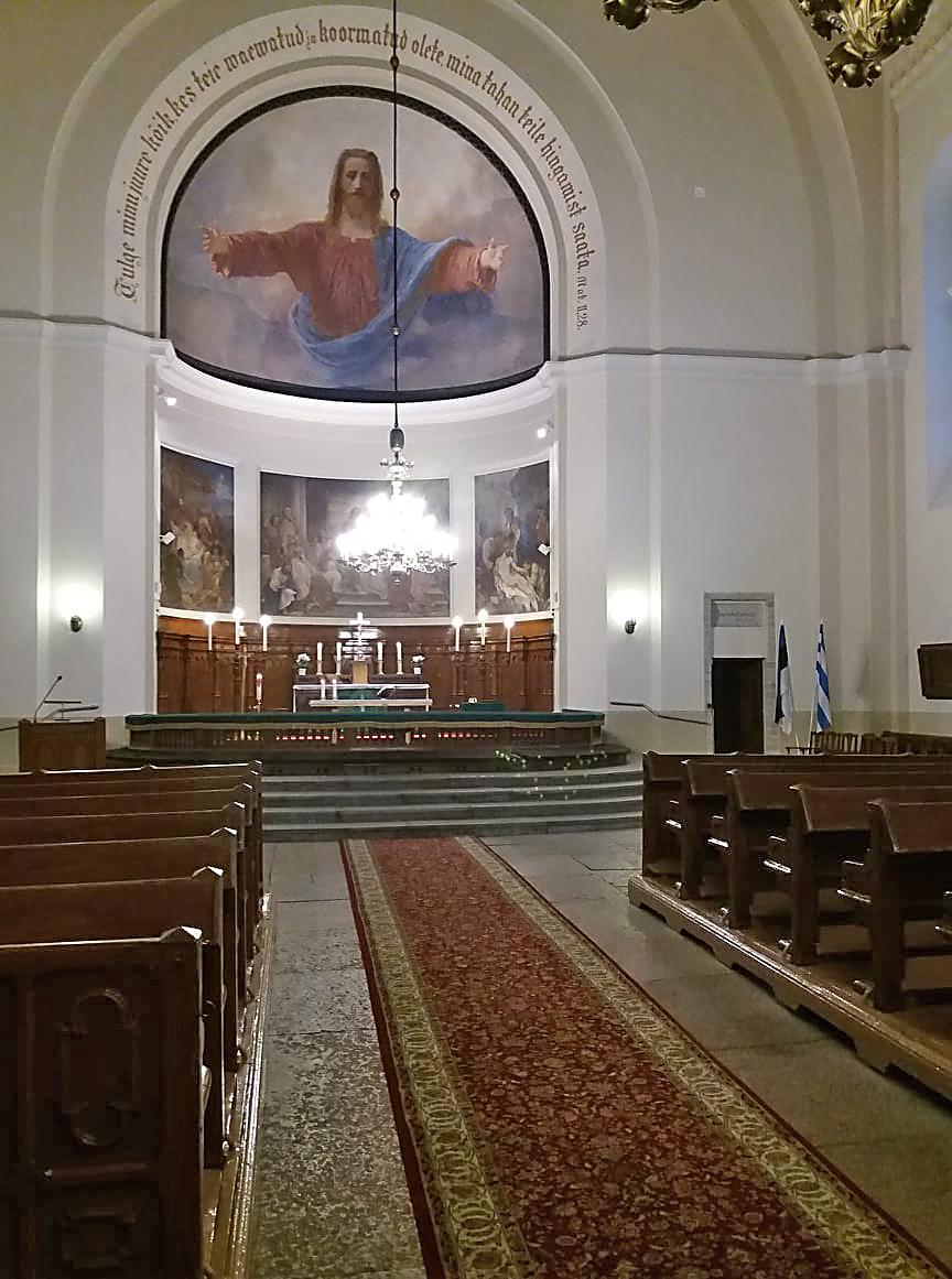 Kiriku keskteel ja altaris on uued vaibad.