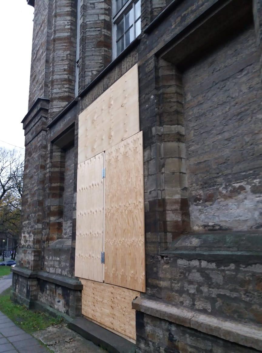 Kiriku põhjapoolse ukse restaureerimistööd